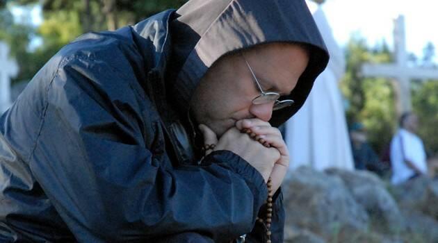 """Sacerdotes que oran y ofrecen expiación para proteger a otros sacerdotes """"atacados por el demonio"""""""