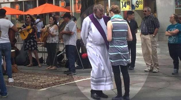 """Sacerdotes del """"Camino"""" buscan ovejas en plazas, centros comerciales y calles"""