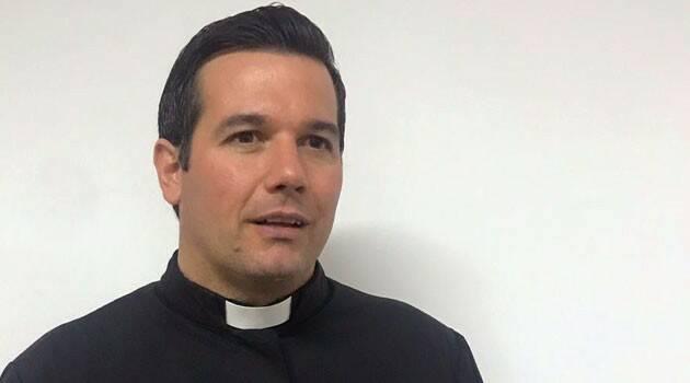 """El cura argentino Javier Olivera confronta a los enemigos de la Iglesia y alienta una """"contra revolución"""""""